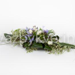 Kytice na stůl v tónech bílé a fialové