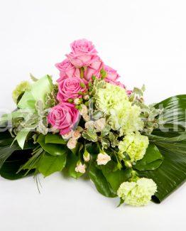 Kytice na stůl z růží a karafiátů