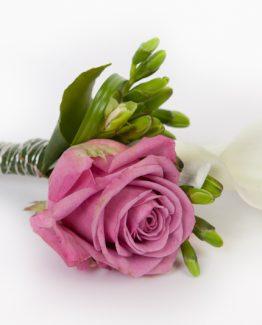 Růže s kalou do klopy