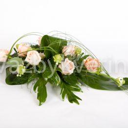 Růžová kytice na svatební tabuli