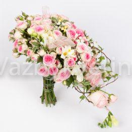Svatební kytice z růžových růží převislá