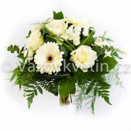 Kytice z bílých růží a gerber