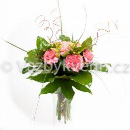 Kytice z růžových karafiátů