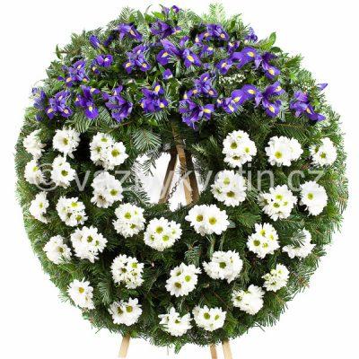 Smuteční věnec bílé kopretinové chryzantémy a modré irisy